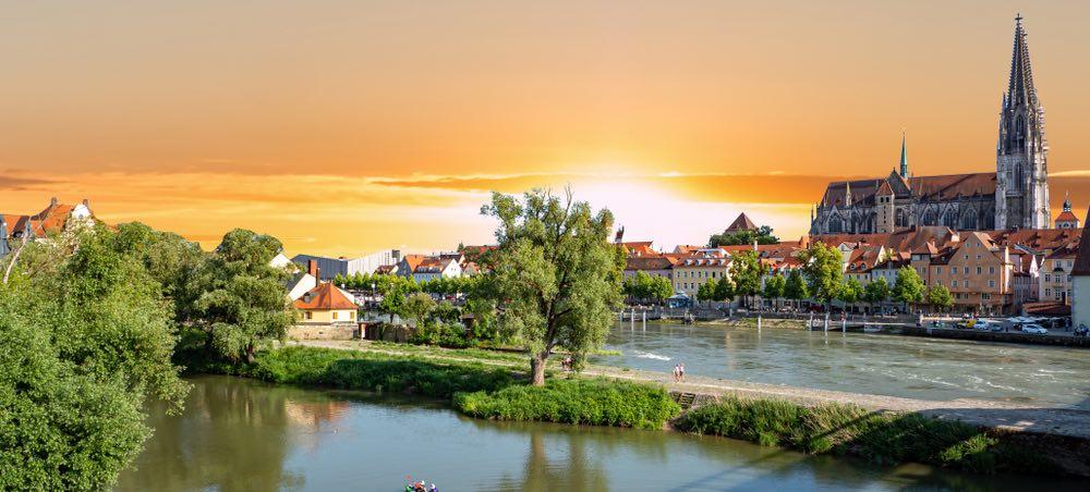 panorama van Regensburg tijdens zonsondergang
